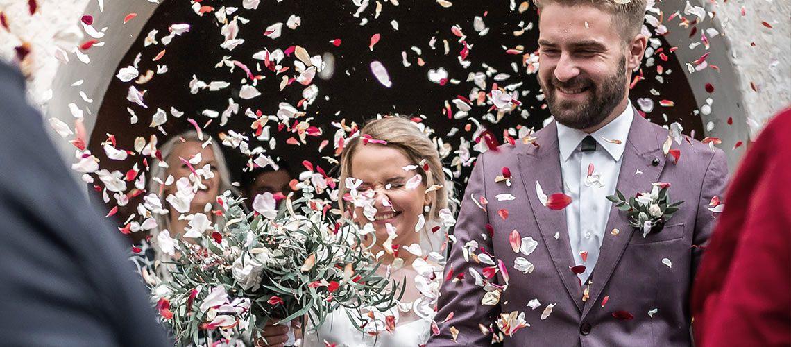 Das Brautpaar mit Blüten bewerfen